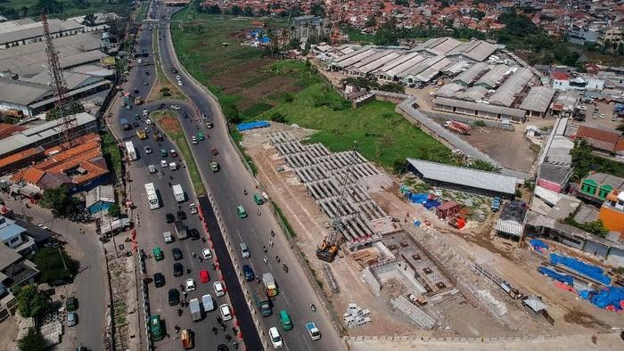 Pembangunan jalan layang Tol Cisumdawu terus dilakukan. Kementerian PUPR pun menargetkan tol ini dapat beroperasi akhir 2020 mendatang.