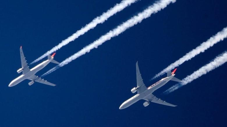 Ilustrasi emisi karbon dari pesawat (Foto: CNN)