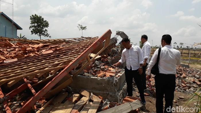 Tiga ruang kelas SMK Negeri 2 Songgom, Brebes, ambruk rata dengan tanah akibat disapu angin kencang, Senin (25/11/2019). (Imam Suripto/detikcom)