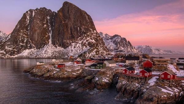 Ini adalah jepretan Lee saat berada di Hamnoy, Norwegia, sebuah desa nelayan tertua di kepulauan Lofoten. Pemandangannya masih sangat klasik dan Indah. (Lee Mumford/instagram)
