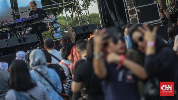 Penampilan musisi, Fariz RM dalam gelaran The 90's Festival di JiExpo Kemayoran, Jakarta, Minggu, 24 November 2019. CNN Indonesia/Bisma Septalisma