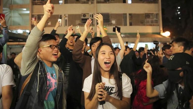 Sorak Sorai Warga Hong Kong Rayakan Kemenangan Partai Pro-Demokrasi
