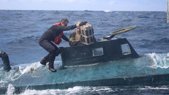 Ilustrasi -- Momen saat otoritas AS membongkar jaringan pengedar narkoba yang menggunakan kapal selam (US Coast Guard District via CNN)