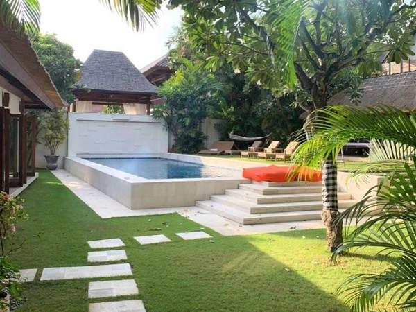 Memiliki luas total sekitar 1.200 meter persegi, Casa Evaliza juga dilengkapi dengan kolam renang besar serta fasilitas tambahan seperti driver dan koki pribadi. Nuansa Bali yang dipadukan dengan gaya modern juga jadi ciri khas vila mewah tersebut (@jorgelorenzo99/Instagram)