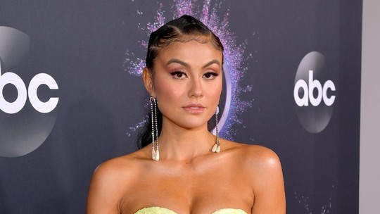Gaya Agnez Mo di Red Carpet AMAs 2019