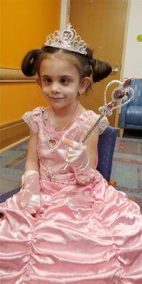 Kisah Inspiratif Anak 5 Tahun yang Pakai Gaun Princess Setiap Kemoterapi