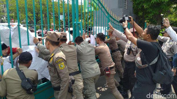 Demo PKL kawasan Puncak di kantor Bupati Bogor, Senin (25/11/2019)