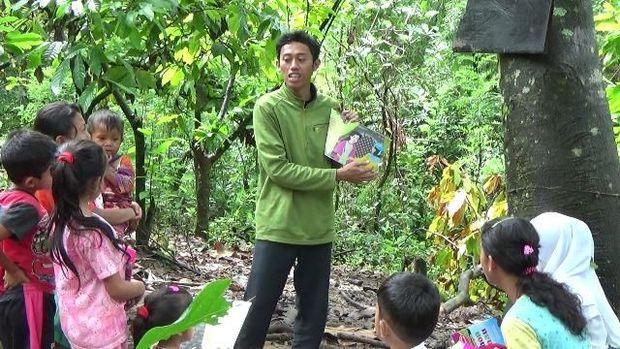 Khalik awalnya sangat miris melihat kondisi anak-anak di kampung itu.