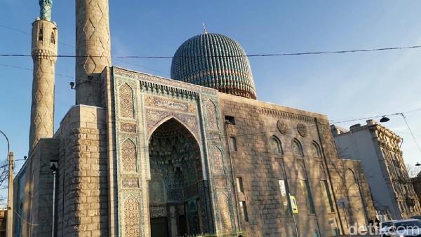 Masjid Saint Petersburg di Rusia dibuka sejak tahun 1913. Hiasan kaligrafi simetris disusun secara geometris dengan warna yang mencolok.