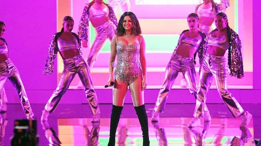 2 Tahun Vakum, Selena Gomez Mencolok di AMAs 2019