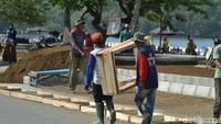 Pantauan di lapangan, penataan kawasan pantai barat dan pantai timur Pangandaran meliputi pembangunan trotoar atau jalur pedestarian yang diperlebar.