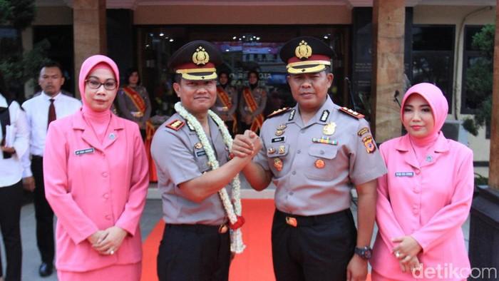 Serah terima jabatan Kapolres Bandung disambut atraksi debus. (Foto: Wisma Putra/detikcom)