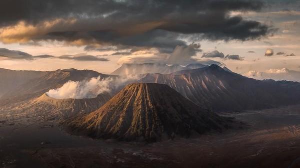 Traveler pasti tahu dong ini di mana? Yap ternyata pilot ini juga sampai ke Indonesia. Ini adalah pemandangan indah dari Bromo Tengger Semeru. (Lee Mumford/instagram)