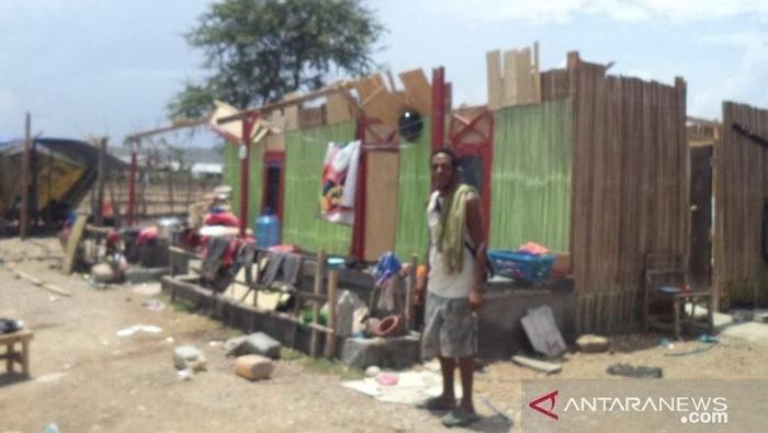 Foto: Kondisi rumah keluarga bayi yang disapu angin kencang di Kupang (Antara Foto)