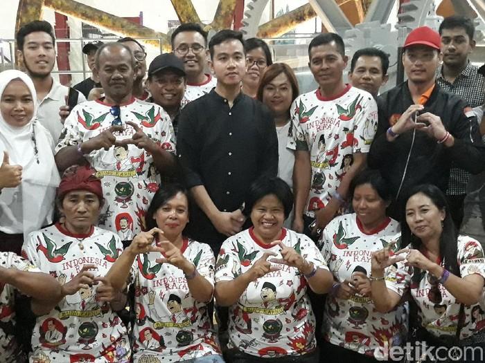 Gibran Rakabuming Raka bersama relawan pendukungnya, Senin (25/11/2019). Foto: Bayu Ardi Isnanto/detikcom