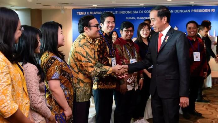 Presiden Jokowi saat bertemu peneliti muda RI di Korsel. (Foto: Muchlis Jr - Biro Pers Sekretariat Presiden)