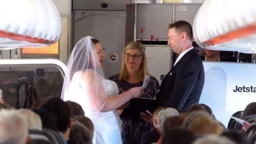 Bertemu di Bandara, Pasangan Ini Gelar Pernikahan di Atas Pesawat
