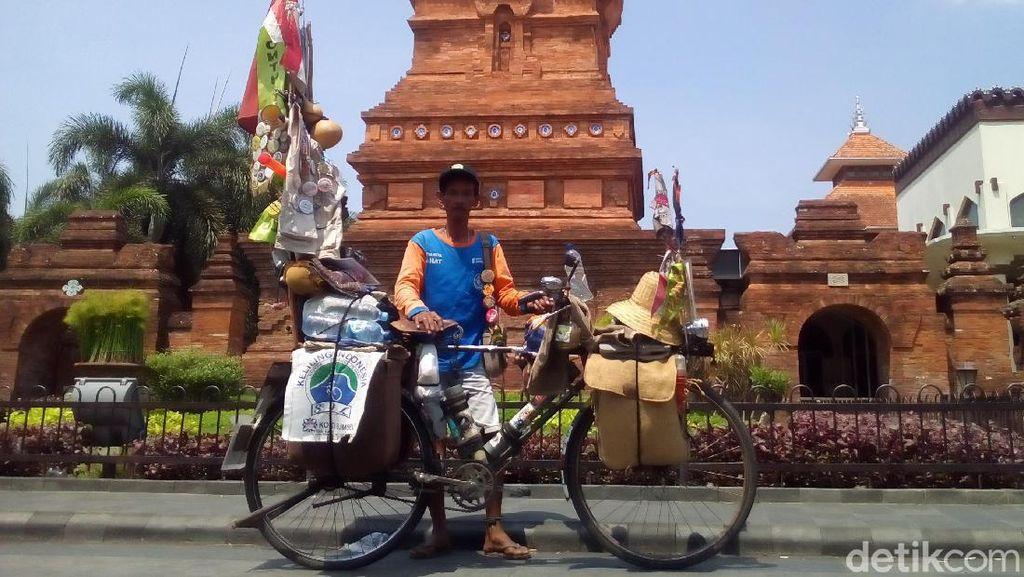 Demi Buka Ruang Baca, Edi Bersepeda dari Lahat Hingga Papua