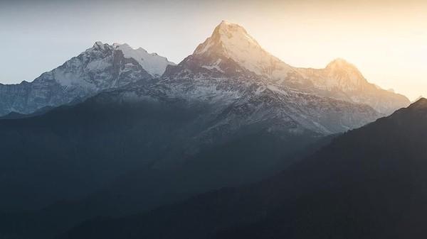 Nah, foto ini adalah pemandangan sunrise Bukit Poon di Nepal. Tepatnya saat jam 4 pagi. (Lee Mumford/instagram)