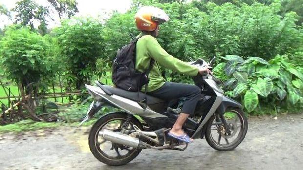 Setiap kali pergi mengajar, Khalik menggunakan sepeda motor, lalu berjalan kaki sejauh 5 kilometer menuju perkampungan Bara-baraya.