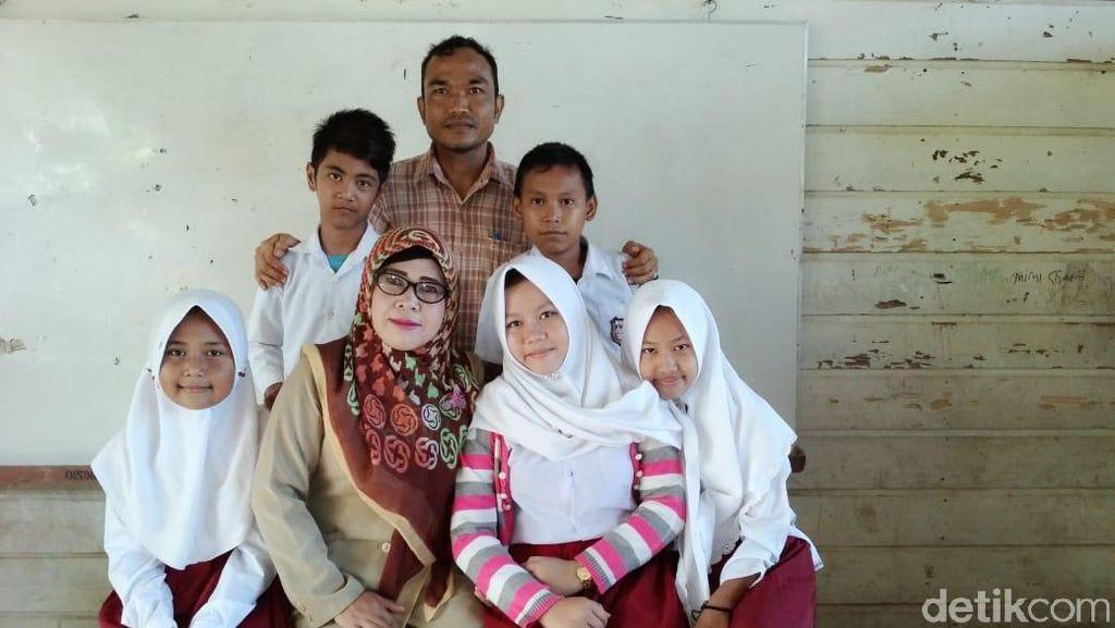 Pengabdian Hifziah, Guru Honorer SD Terisolir di Jambi
