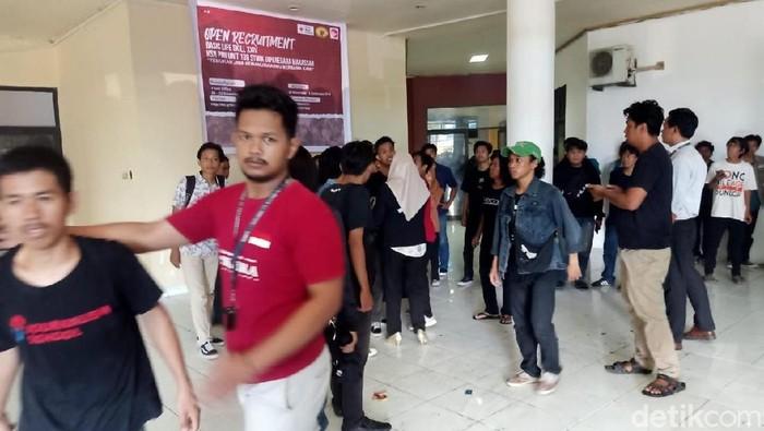 Mahasiswa STMIK Dipanegara mendemo dosen yang mogok kerja. (Foto: Istimewa)