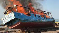 Australia Bakar Kapal Nelayan RI yang Bawa Tangkapan Sirip Hiu Ilegal