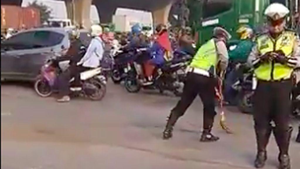 Mantap, Pak Polisi Bersihkan Tumpahan Pasir Demi Pemotor