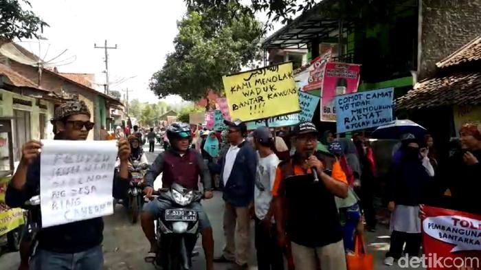 Warga dua desa di Kecamatan Bantarkawung, Brebes, berdemo menolak rencana pembangunan Waduk Cipamali, Selasa (26/11/2019). (Imam Suripto/detikcom)