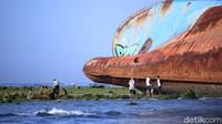 Kapal bercat biru itu kinikondisinyasudah keropos. besi-besi yang ada di kapal itu sebagian hilang diterpa gelombang (Foto: Wisma Putra/detikcom)