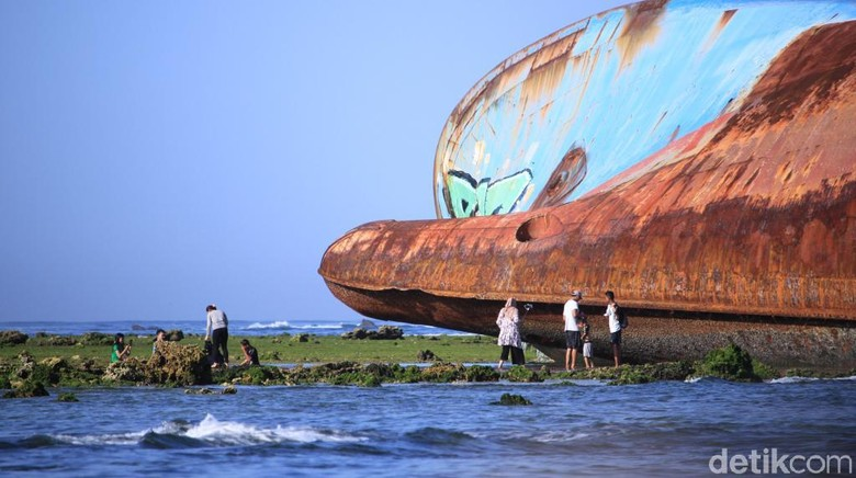 Bangkai kapal di Pantai Pangandaran. (Foto: Wisma Putra/detikcom)