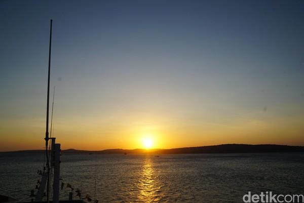 Salah satu tempat menikmati sunset di Kupang, NTT adalah Pelabuhan Tenau. (Syanti Mustika/detikcom)