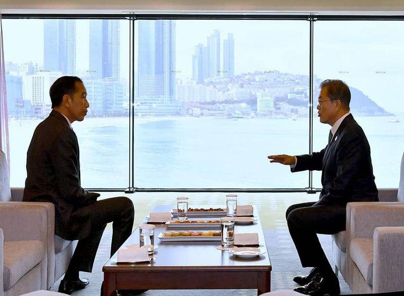 Lewat Instagram pribadinya, Presiden Jokowi menampilkan kunjungan kerjanya selama di Korea Selatan. Postingan terbarunya, soal pertemuan dengan Presiden Korea Selatan Moon Jae-in di Westin Chosun Hotel, Busan. (Instagram/jokowi)