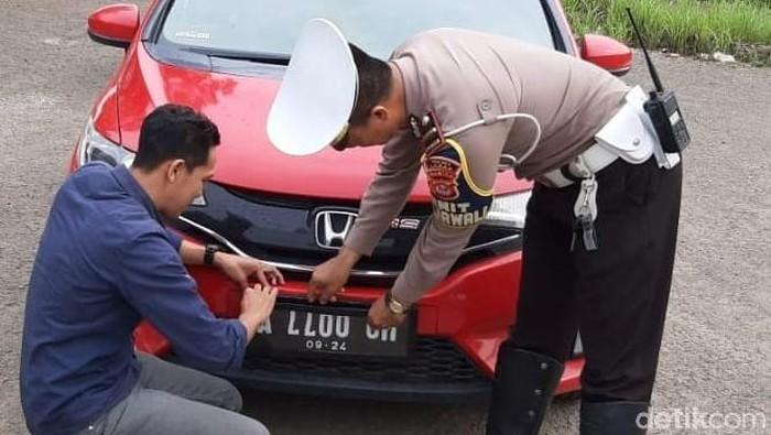 Pakai Pelat Nopol Modifikasi, Anggota DPRD Lebak Kena Tilang (Foto: Istimewa)