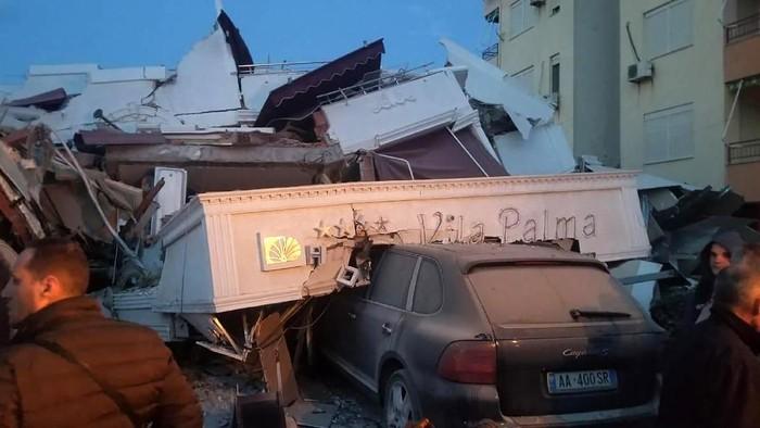 Sebuah mobil tertimpa reruntuhan gedung yang ambruk akibat gempa di Albania (AP Photo)