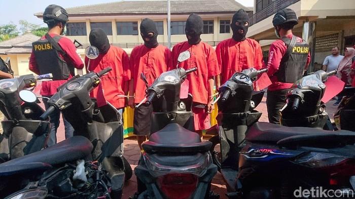 Foto: M Iqbal-detikcom/Polisi menangkap komplotan pelaku pencurian kendaraan bermotor (curanmor) di Cilegon, Banten.