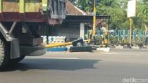 Sebuah Truk Tertangkap CCTV Tabrak Tiang Traffic Light Lalu Kabur