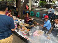 Rela Antre Demi Seporsi Sate Jando Bu Ayu yang Gurih Enak