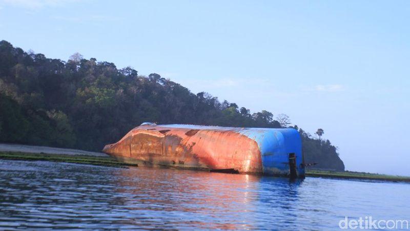 Inilah bangkai kapal MV Viking Lagos di Pantai Pangandaran, Jawa Barat (Foto: Wisma Putra/detikcom)
