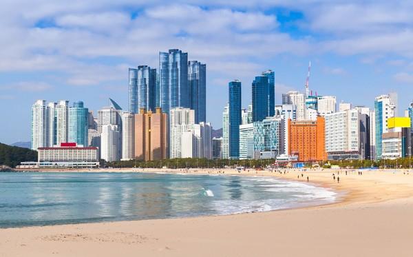 Yang bikin lebih spesial, adalah panorama pantainya. Bukan hanya hamparan pasir putih, namun gedung-gedung pencakar langit di Kota Busan menjadikan background yang memesona. (iStock)