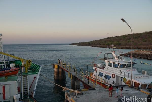 Semakin senja, tidak ada lagi aktivitas penumpang yang meramaikan pelabuhan. Hanya ada anak-anak yang bermain di dermaga sembari berlari dan tertawa ceria. Juga terlihat beberapa awak kapal bersantai di kapal yang bersandar. (Syanti Mustika/detikcom)