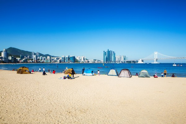 Dalam captionnya Jokowi menyebutkan, Presiden Korea Selatan menunjukan pemandangan Pantai Haeundae. Jokowi pun menuturkan, pantainya berpasir putih. (iStock)