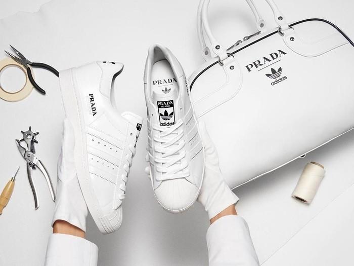 Sneakers dan tas Adidas dan Prada. (Foto: Dok. Adidas x Prada)