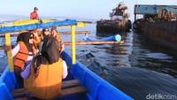 Untuk mendekat ke bangkai kapal itu, para wisatawan harus menaiki perahu dari pantai barat menuju pasir putih (Foto: Wisma Putra/detikcom)
