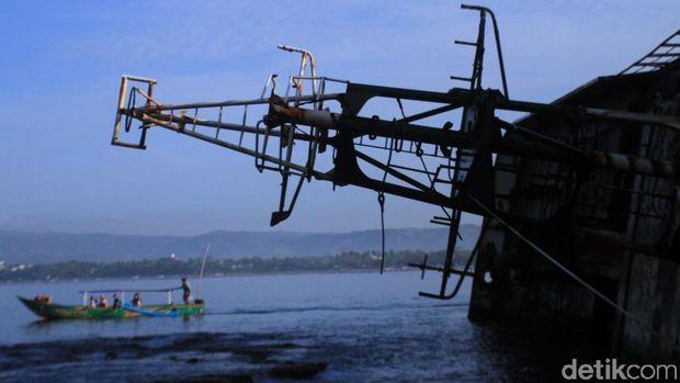 Bangkai Kapal Jadi Spot Selfie Favorit di Pangandaran