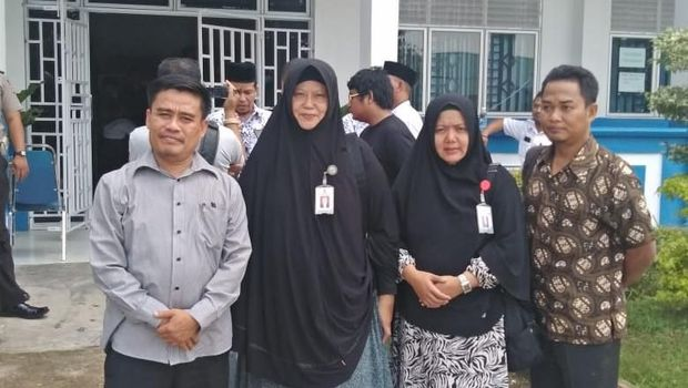 komisioner KPAI Kepulauan Riau, Erry Syahrial (kiri)
