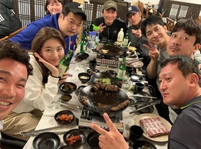Drama Vagabond yang dinantikan penggemar setianya baru saja berakhir. Di balik layar kaca, para pemeran dan kru sering santap BBQ Korea bersama. Foto: Instagram