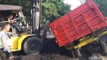 Truk Muat Pasir Terguling di Sidoarjo, Jalur ke Surabaya Sempat Lumpuh