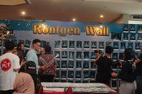 Pameran foto rontgen paru-paru vaper di Surabaya.