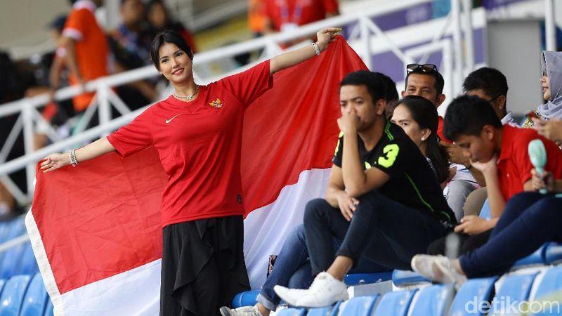 Maria Ozawa menjadi salah satu suporter Indonesia di Rizal Memorial Stadium Filipina, Selasa (26/11/2019), saat Egy Maulana Vikri cs meraih kemenangan 2-0 atas Thailand di pertandingan cabang olahraga sepakbola SEA Games 2019. (Grandyos Zafna)